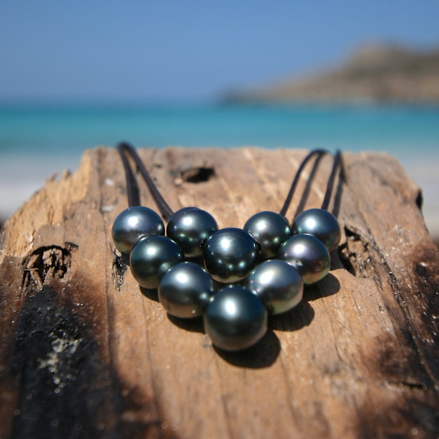 Pearls and leather necklace for women, seaside beach jewelry, Tahitian black cultured pearls, pearl choker, pearl pendant, St Barts jewelry.