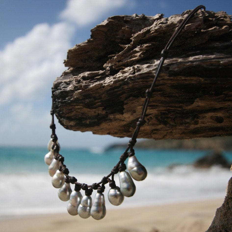 Tahitian silver-grey pearls necklace on leather, boho leather beach jewelry, tahitian black, St barts pearls, tahitian cultured pearls.