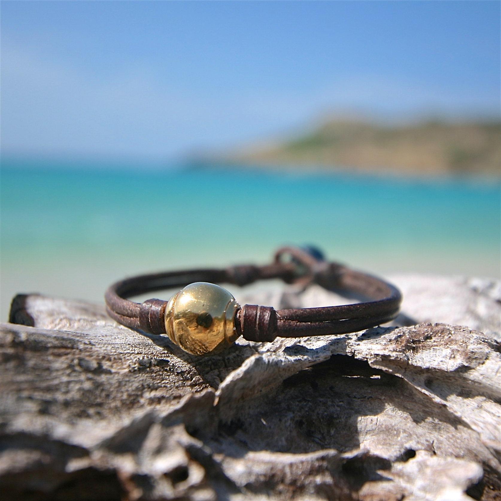 18k gold beads Tahitian pearl replica strung on leather with 1 Tahitian pearl clasp, Gold and leather, St Barth, beach jewelry, boho chic
